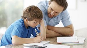 Papa helpt zoon met huiswerk