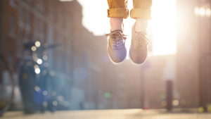 Afbeelding van voeten van iemand die in de lucht springt