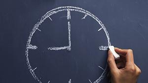 Getekende klok op een schoolbord