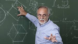 Oudere leraar aan het schoolbord