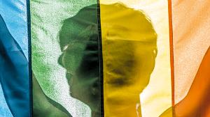 jongen met regenboogvlag