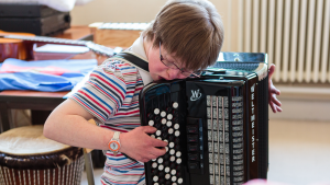 Een leerling speelt accordeon