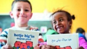 twee kinderen met boekjes in verschillende talen