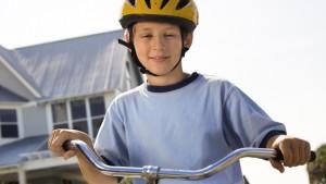 Kind draagt een fietshelm