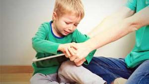 Jongen wil tablet niet afgeven aan mama