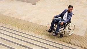 Leerling met rolstoel voor trapp