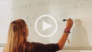 Video: startende lerares maakt oefening aan bord