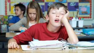 Jongen valt in slaap in de klas