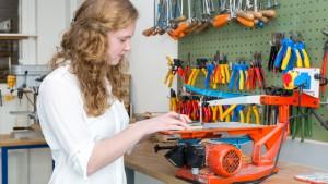 STEM meisje met zaagmachine