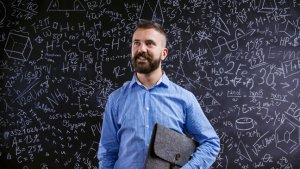 leraar staat voor een volgeschreven schoolbord