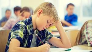 jongen maakt examen in de klast