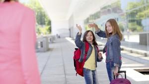 Dochters nemen afscheid van mama aan de school