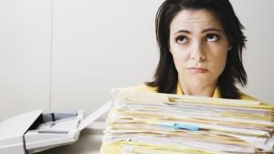 vrouw draagt stapel papieren