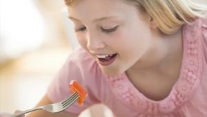 Meisje eet een slaatje