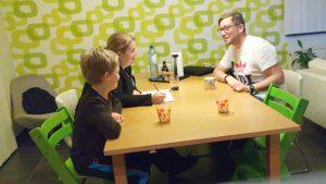 gezin zit rond de tafel