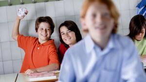 jongen gooit prop papier naar klasgenoot