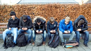 6 jongens zitten op een bank