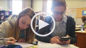 twee meisjes maken wiskunde oefeningen met smartphone