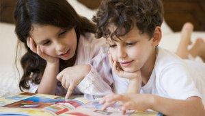 broer en zus lezen boek