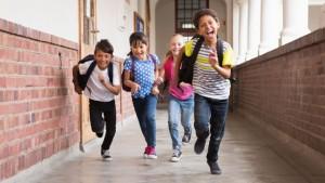Kinderen die lachend door de gang lopen