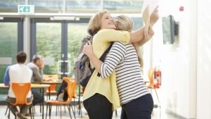 Leerlingen en leraar die knuffelen