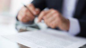 handen en sollicitatiebrief op bureau