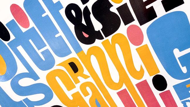 foto van typografische poster met 8 eigenschappen