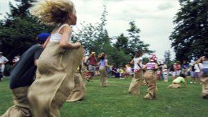 Kinderen houden een zakkenloopwedstrijd