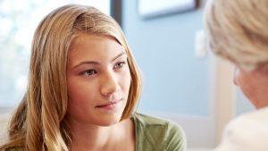 Leraar praat met leerling