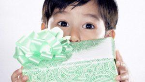 jongen met cadeau