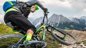 Man op mountainbike in de bergen