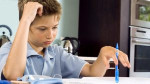 Jongen maakt huiswerk