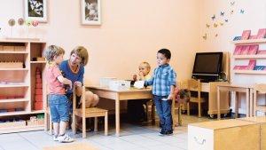 Olivia De Ruyters met kleuters in haar klas