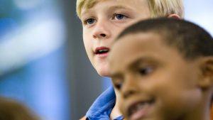 close-up van blanke en zwarte jongen