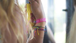 meisjesarm met festivalbandje