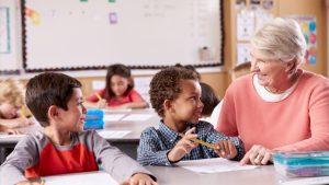 Oudere leraar met leerlingen met verschillende huidskleur