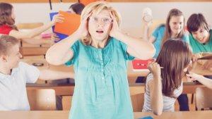 Leraar bedekt oren in klas