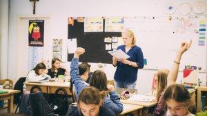 jonge leraar voor de klas