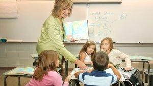 leerkracht geeft les aan kinderen