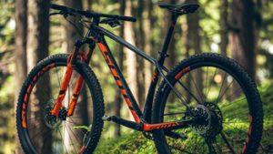 Oranje zwarte mountainbike