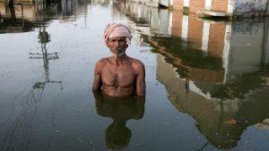man in overstroomd gebied