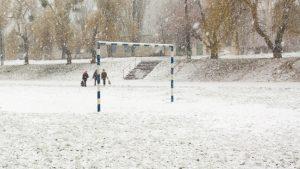 speelplaats school met 3 leerlingen