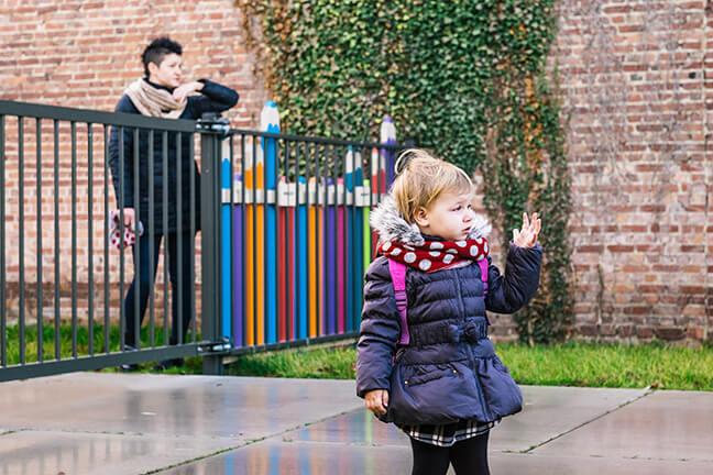 Mama Olga zet peuter Amelka af aan de schoolpoort
