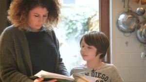 leraar kijkt in notities samen met leerling