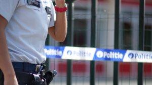 politievrouw voor een afgebakend terrein