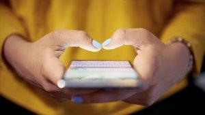 vrouwenhanden met smartphone