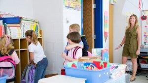 lerares verwelkomt leerlingen