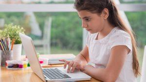 Meisje maakt huiswerk online