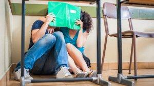 leerlingen kussen onder bank