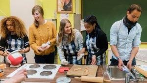 brede school: 2 leerkrachten werken met leerlingen in de brede school